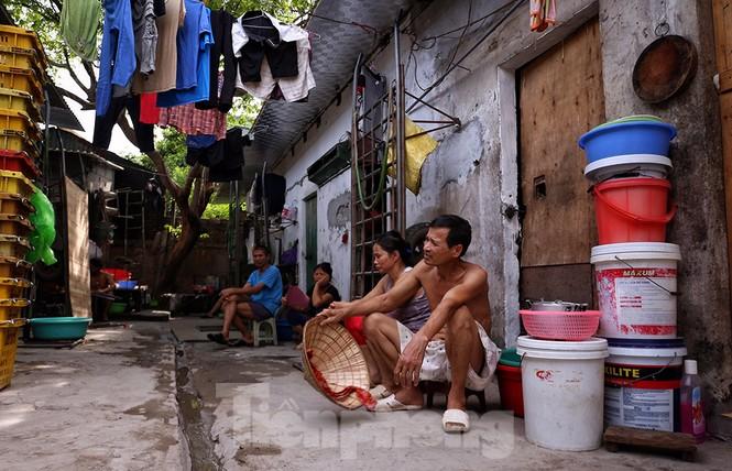 Nắng nóng đeo bám người dân xóm ngụ cư Hà Nội - ảnh 10