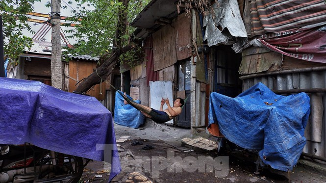 Nắng nóng đeo bám người dân xóm ngụ cư Hà Nội - ảnh 11