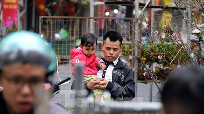 Nhộn nhịp chợ hoa tết lâu đời nhất Hà Nội - ảnh 8