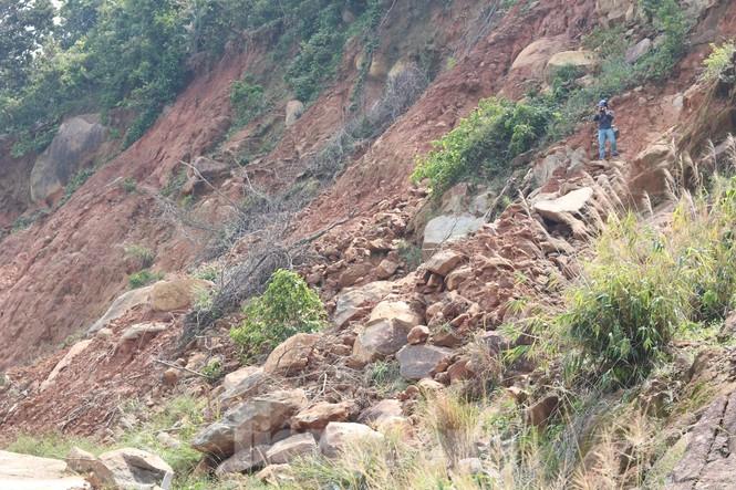 Bán đảo Sơn Trà sạt lở sau mưa bão - ảnh 1