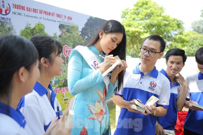 Hoa hậu Tiểu Vy làm Đại sứ Sinh viên Trường ĐH Sư phạm Kỹ thuật TPHCM - ảnh 11