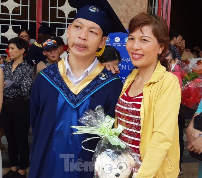 Thán phục nam sinh động kinh cục bộ nhận bằng tốt nghiệp đại học - ảnh 1