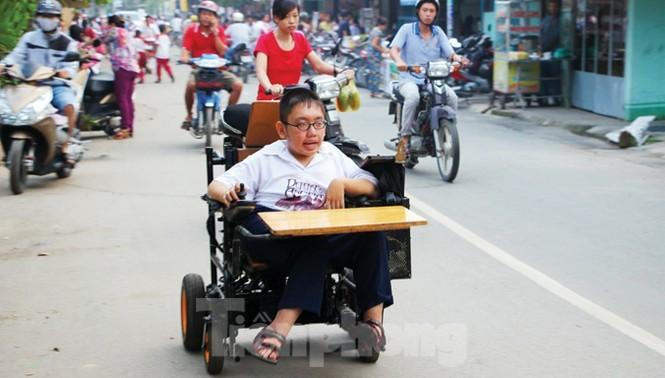 Tấm bằng đại học loại giỏi đổi bằng nước mắt của cha con nam sinh bại liệt - ảnh 1