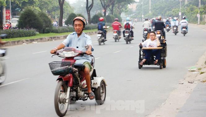 Tấm bằng đại học loại giỏi đổi bằng nước mắt của cha con nam sinh bại liệt - ảnh 2