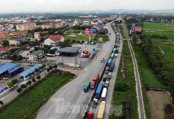 Quốc lộ 5 ùn tắc 10km sau ba vụ tai nạn khiến bảy người chết - ảnh 3