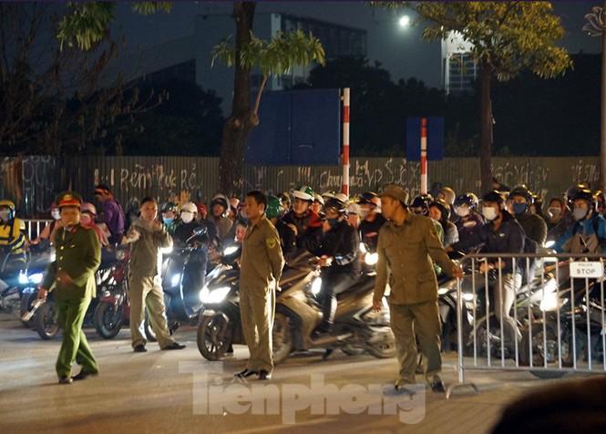 An ninh thắt chặt quanh sân Mỹ Đình trước giờ bóng lăn - ảnh 4