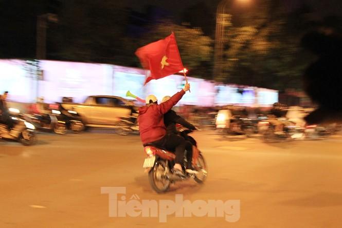 Cảnh sát trắng đêm chống đua sau chiến thắng của Việt Nam trước UAE - ảnh 4