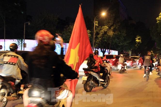 Cảnh sát trắng đêm chống đua sau chiến thắng của Việt Nam trước UAE - ảnh 5