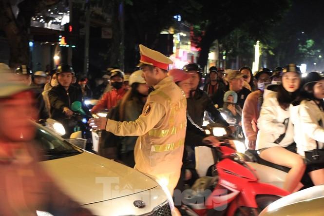 Cảnh sát trắng đêm chống đua sau chiến thắng của Việt Nam trước UAE - ảnh 10