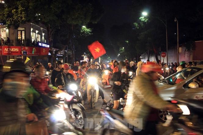 Cảnh sát trắng đêm chống đua sau chiến thắng của Việt Nam trước UAE - ảnh 1