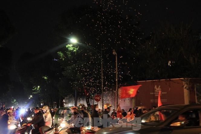 Cảnh sát trắng đêm chống đua sau chiến thắng của Việt Nam trước UAE - ảnh 7