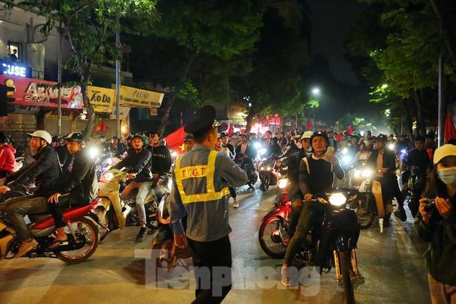 Cảnh sát trắng đêm chống đua sau chiến thắng của Việt Nam trước UAE - ảnh 9