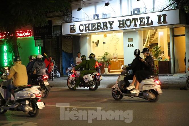 Cảnh sát trắng đêm chống đua sau chiến thắng của Việt Nam trước UAE - ảnh 8