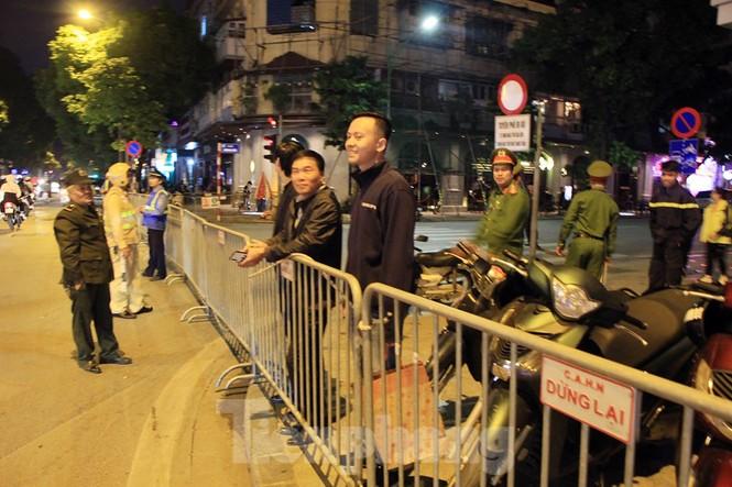 Cảnh sát trắng đêm chống đua sau chiến thắng của Việt Nam trước UAE - ảnh 12