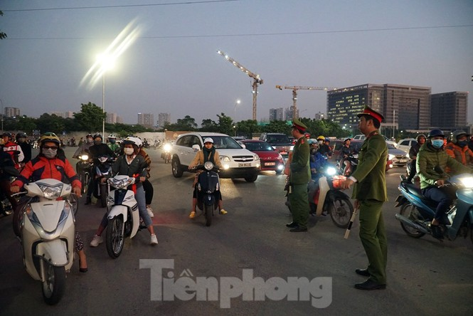 Cảnh sát soi an ninh, kiểm soát nhiều vòng tại sân Mỹ Đình - ảnh 6