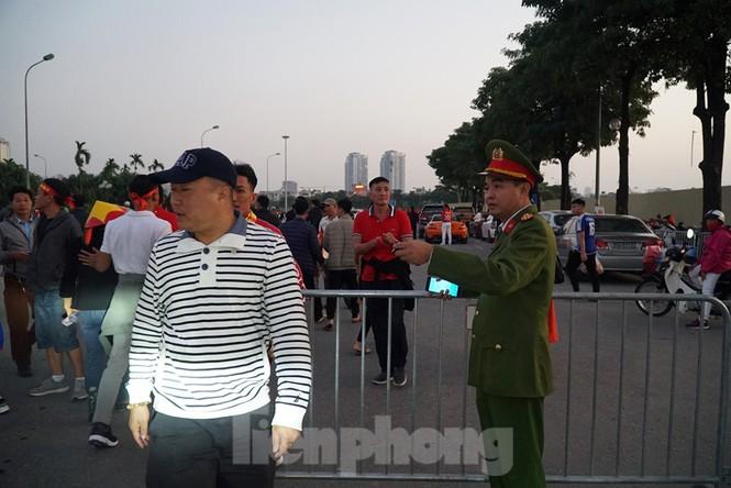 Cảnh sát soi an ninh, kiểm soát nhiều vòng tại sân Mỹ Đình - ảnh 4