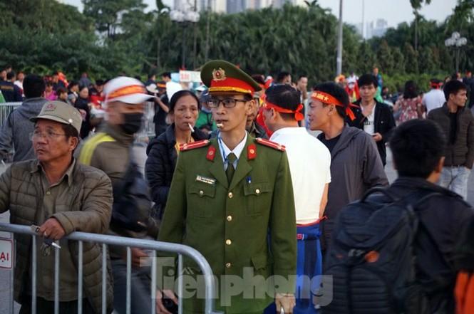 Cảnh sát soi an ninh, kiểm soát nhiều vòng tại sân Mỹ Đình - ảnh 5