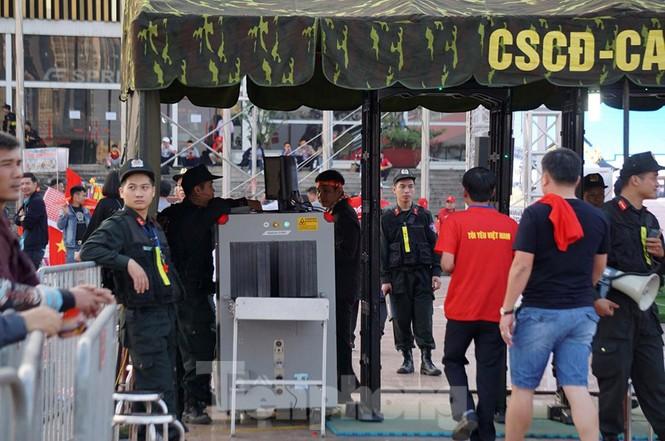 Cảnh sát soi an ninh, kiểm soát nhiều vòng tại sân Mỹ Đình - ảnh 1