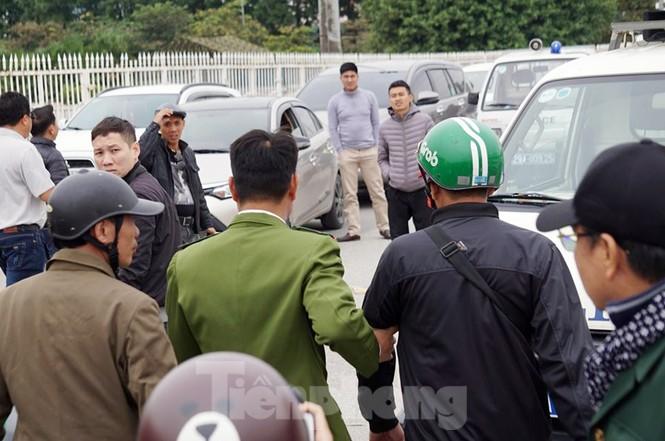 Cảnh sát đưa người bán 'vé giả' trận Việt Nam - Thái Lan về trụ sở - ảnh 6