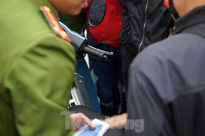 Cảnh sát đưa người bán 'vé giả' trận Việt Nam - Thái Lan về trụ sở - ảnh 4