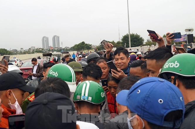 Cảnh sát đưa người bán 'vé giả' trận Việt Nam - Thái Lan về trụ sở - ảnh 2