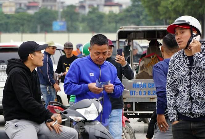 Cảnh sát đưa người bán 'vé giả' trận Việt Nam - Thái Lan về trụ sở - ảnh 8