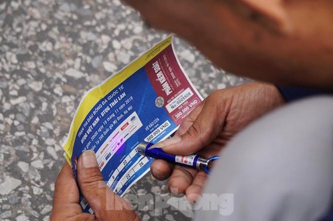 Cảnh sát đưa người bán 'vé giả' trận Việt Nam - Thái Lan về trụ sở - ảnh 5