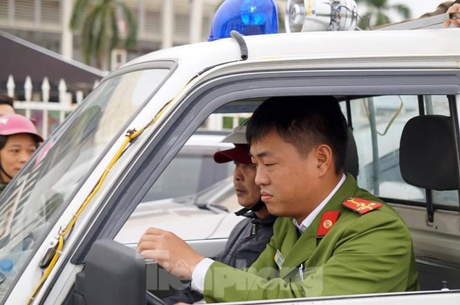 Cảnh sát đưa người bán 'vé giả' trận Việt Nam - Thái Lan về trụ sở - ảnh 7