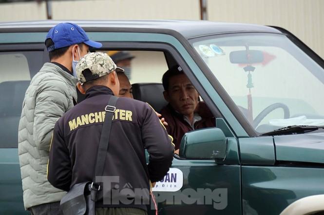 Cảnh sát đưa người bán 'vé giả' trận Việt Nam - Thái Lan về trụ sở - ảnh 9