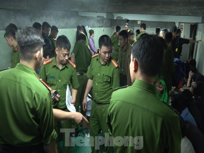 Cận cảnh sới bạc dưới hầm ngầm ở Vĩnh Phúc bị cảnh sát triệt phá - ảnh 1
