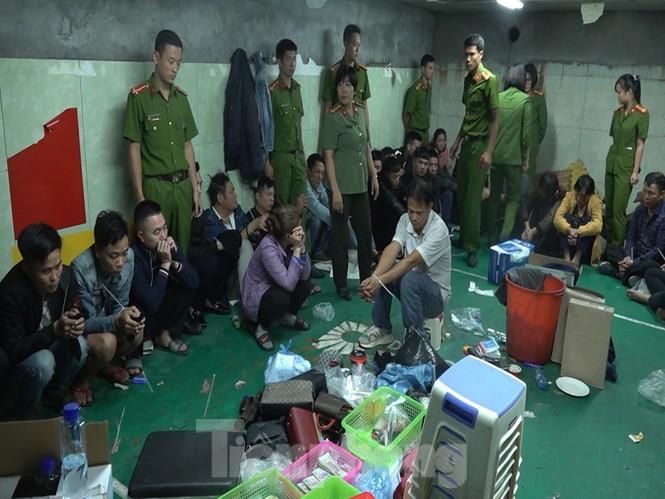 Cận cảnh sới bạc dưới hầm ngầm ở Vĩnh Phúc bị cảnh sát triệt phá - ảnh 2