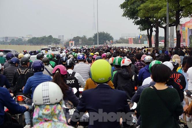 Hàng ngàn fan xếp hàng chờ gặp idol ở sân Mỹ Đình khiến giao thông tê liệt - ảnh 4