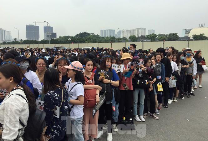 Hàng ngàn fan xếp hàng chờ gặp idol ở sân Mỹ Đình khiến giao thông tê liệt - ảnh 6