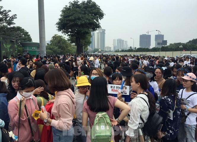 Hàng ngàn fan xếp hàng chờ gặp idol ở sân Mỹ Đình khiến giao thông tê liệt - ảnh 10