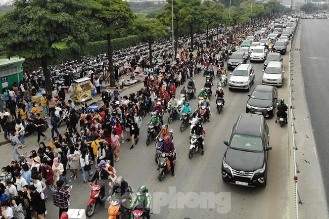 Hàng ngàn fan xếp hàng chờ gặp idol ở sân Mỹ Đình khiến giao thông tê liệt - ảnh 1