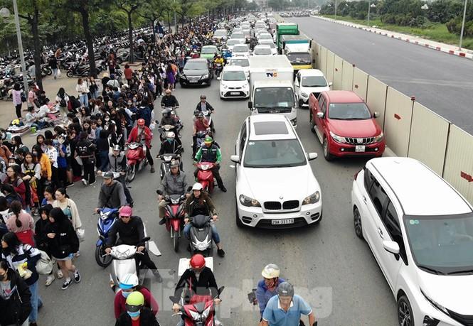 Hàng ngàn fan xếp hàng chờ gặp idol ở sân Mỹ Đình khiến giao thông tê liệt - ảnh 2