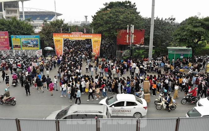 Hàng ngàn fan xếp hàng chờ gặp idol ở sân Mỹ Đình khiến giao thông tê liệt - ảnh 7