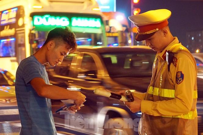 Bị CSGT dừng, tài xế xe 'hổ vồ' gọi điện cầu cứu... người thân - ảnh 4