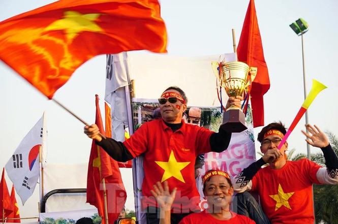 Giao thông ùn ứ ở Nội Bài trước giờ đón các nhà vô địch SEA Games - ảnh 9