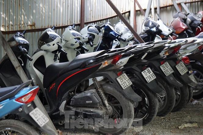 Porsche, Lexus... tiền tỷ phủ bụi, 'bỏ xó' trong bãi giữ xe ở Hà Nội - ảnh 5