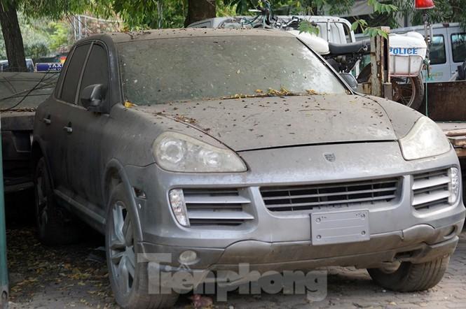 Porsche, Lexus... tiền tỷ phủ bụi, 'bỏ xó' trong bãi giữ xe ở Hà Nội - ảnh 10