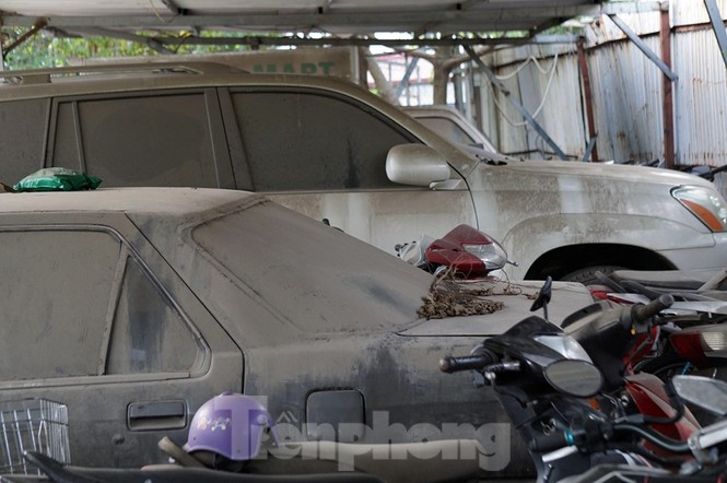 Porsche, Lexus... tiền tỷ phủ bụi, 'bỏ xó' trong bãi giữ xe ở Hà Nội - ảnh 8