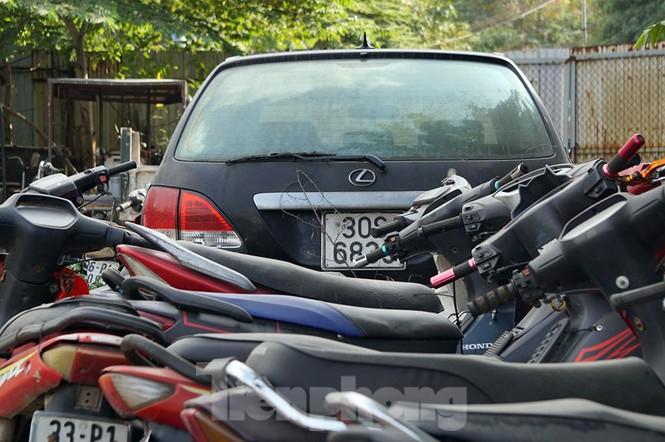 Porsche, Lexus... tiền tỷ phủ bụi, 'bỏ xó' trong bãi giữ xe ở Hà Nội - ảnh 6