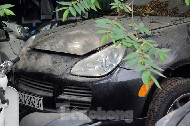 Porsche, Lexus... tiền tỷ phủ bụi, 'bỏ xó' trong bãi giữ xe ở Hà Nội - ảnh 9