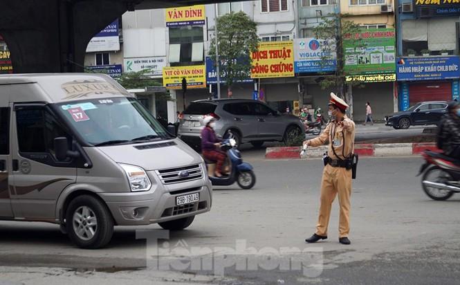 CSGT Hà Nội ra quân tổng kiểm soát, xử lý vi phạm giao thông - ảnh 4