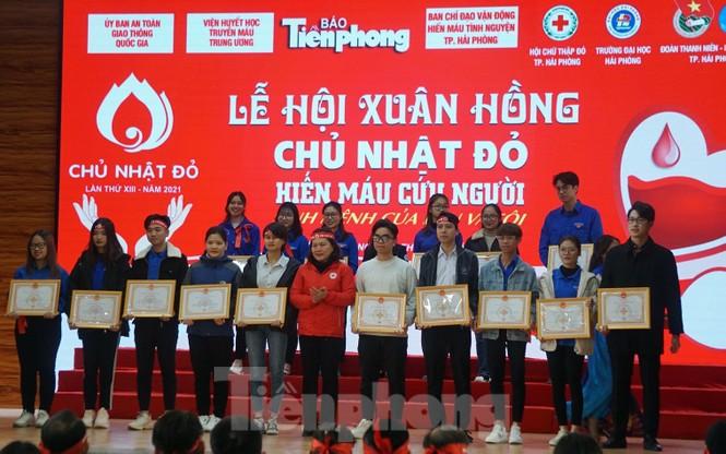 Đông đảo bạn trẻ tham gia hiến máu cứu người tại Đại học Hải Phòng - ảnh 15