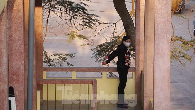 Cận cảnh người dân phơi nắng, tập thể dục trong khu cách ly ở Hải Phòng - ảnh 3