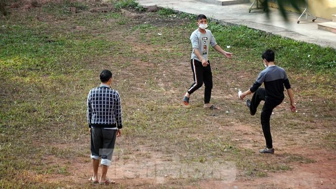 Cận cảnh người dân phơi nắng, tập thể dục trong khu cách ly ở Hải Phòng - ảnh 7
