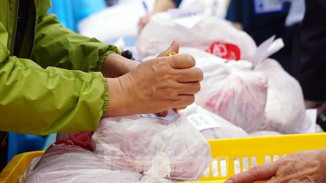 TP Hải Phòng tiếp tế gần 8 tấn gạo, thịt cho người dân khu phong tỏa - ảnh 6
