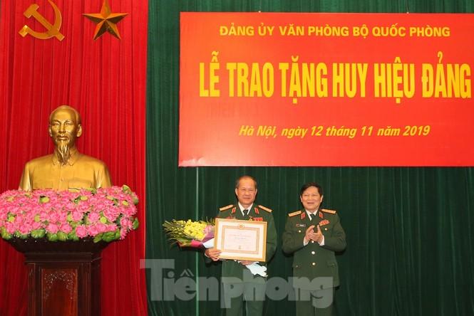 Trao Huy hiệu Đảng cho 8 sĩ quan Quân đội cao cấp - ảnh 1